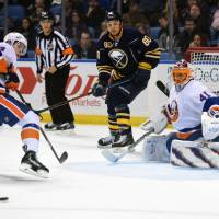 Isles hang on to beat Sabres