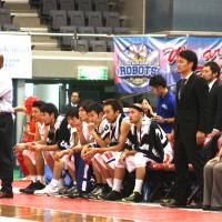 Before the change: Former Robots head coach Donte' Hill (far left), seen earlier this season, and his assistant Keita Iwashita, who become the interim head coach in December. | KAZ NAGATSUKA