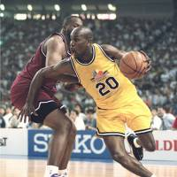 A venue to consider: Star guard Gary Payton plays in the series finale of The Super Games, which featured an array of NBA standouts, at Tokyo Dome on Aug. 13, 1997. | KYODO