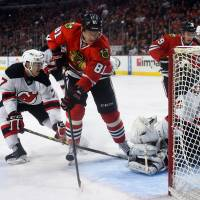 Hossa sets tone in win