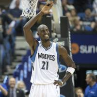 Respect: Minnesota's Kevin Garnett acknowledges the crowd in the second half against Washington on Wednesday in Minneapolis. The Timberwolves routed the Wizards 97-77. | REUTERS/USA TODAY SPORTS