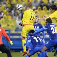 Finishing touch: Leandro scores on a header in the 116th minute to lift Kashiwa Reysol to a 3-2 victory in extra time over Chonburi FC on Tuesday in the Asian Champions League. | KYODO