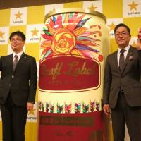 Hiroshi Tokimatsu (right), director of Sapporo Breweries Ltd.'s sales division, and Shuichi Umehara, who will head Japan Premium Brew, announce a new brand called Craft Label. | KAZUAKI NAGATA