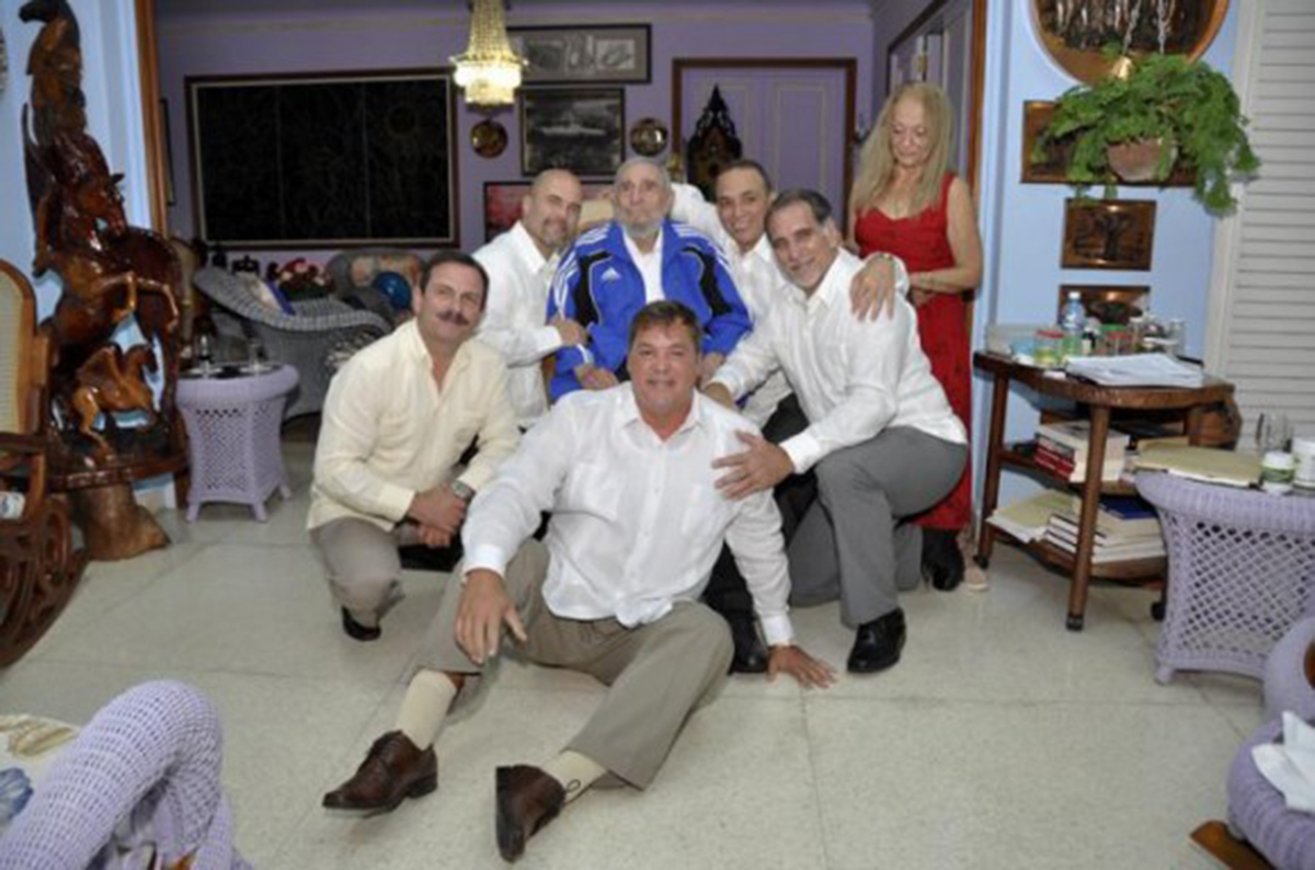 Former Cuban President Fidel Castro and his wife, Dalia Soto Del Valle, pose with the 'Cuban Five' Ramon Labanino (center, front), Fernando Gonzalez (left), Gerardo Hernandez (third, left), Antonio Guerrero (third, right) and Rene Gonzalez (second right) in this picture provided by Cubadebate. Castro, 88, finally met with all five of the Cuban spies who returned home as heroes after serving long prison terms in the United States, 73 days after the last of them were freed in a prisoner swap. | REUTERS