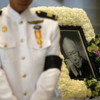 Grieving Singaporeans pay respects to Lee Kuan Yew