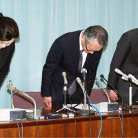 Yoshihisa Nojima (center), the head of Gunma University Hospital, apologizes Tuesday in Maebashi, Gunma Prefecture, after the hospital issued a final report on the deaths of eight patients.   KYODO