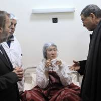 Tunisian Prime Minister Habib Essid (right) visits Japanese national Noriko Yuki in hospital after she was injured Wednesday in an attack on Bardo National Museum in Tunis. | GETTY/KYODO