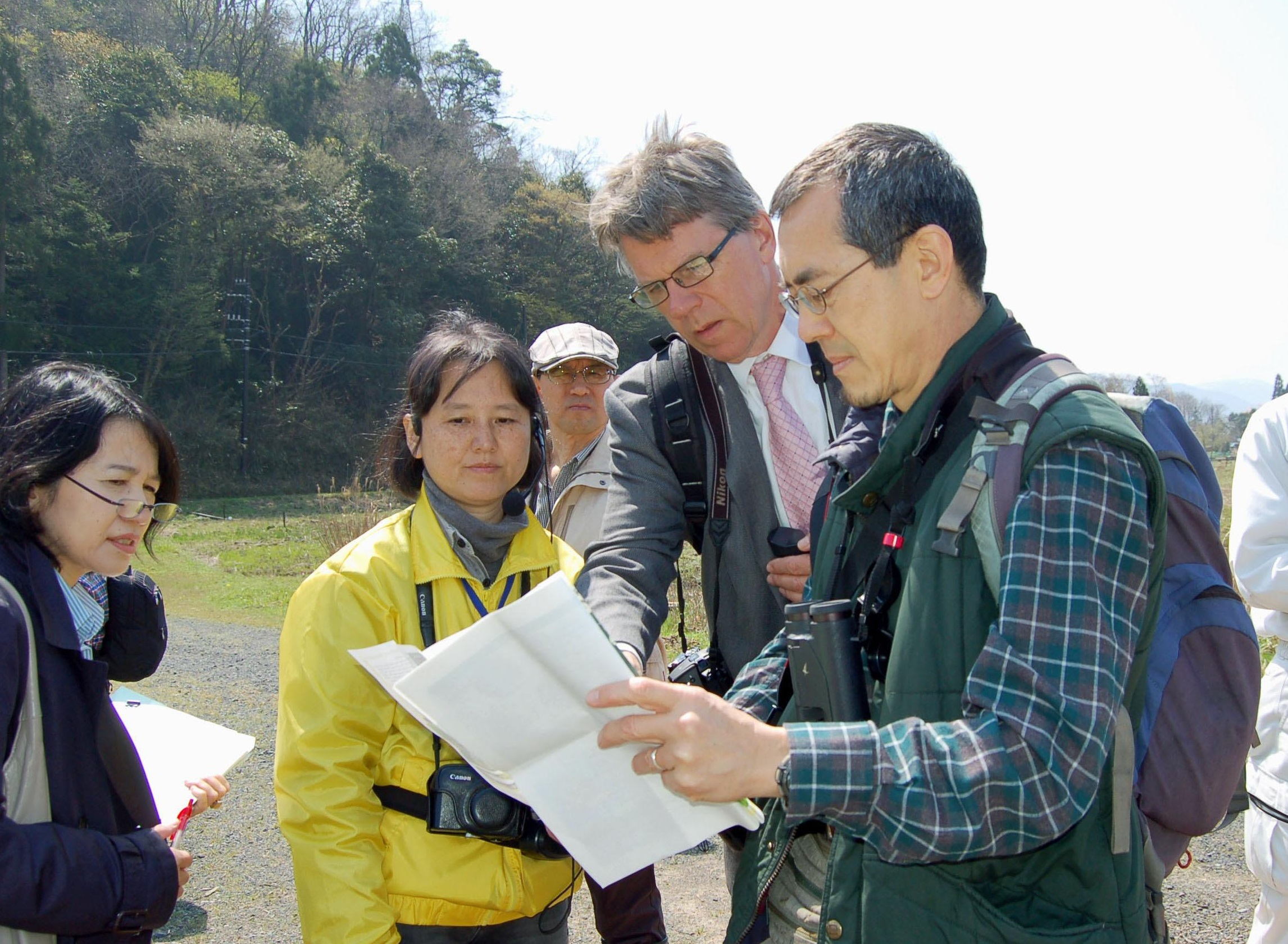 Secretary-General Christopher Briggs of the Ramsar Convention (second from right) visits the Nakaikemi Wetland in Fukui Prefecture in April 2014 to assess the environmental impact of a planned shinkansen extension. | KYODO