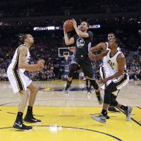 Curry back in form as Warriors romp past Jazz