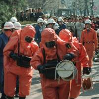 Investigators prepare to enter Kasumigaseki Station in Chiyoda Ward to test for toxic substances on March 20, 1995. | KYODO