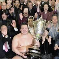 Familiar scene: Mongolian legend Hakuho wins his sixth consecutive title on Sunday, beating Harumafuji in the final match of the Spring Grand Sumo Tournament. | KYODO