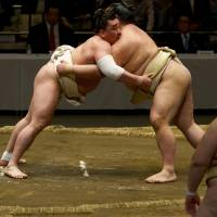 Hakuho out for No. 35, Henderson out just to survive