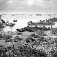 U.S. vessels land on the shore southwest of the island of Okinawa in April 1945. | COURTESY OF U.S. COAST GUARD/KYODO