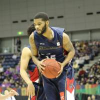 Fighting the odds: Yokohama guard Warren Niles and his teammates will try to secure a playoff spot in the regular season's final month. | KAZ NAGATSUKA