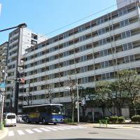On the waterfront: The Awaji-cho No. 2 Apartments building, near Tsukiji, provides low-income families with public housing run by Tokyo Prefecture.   PHILIP BRASOR