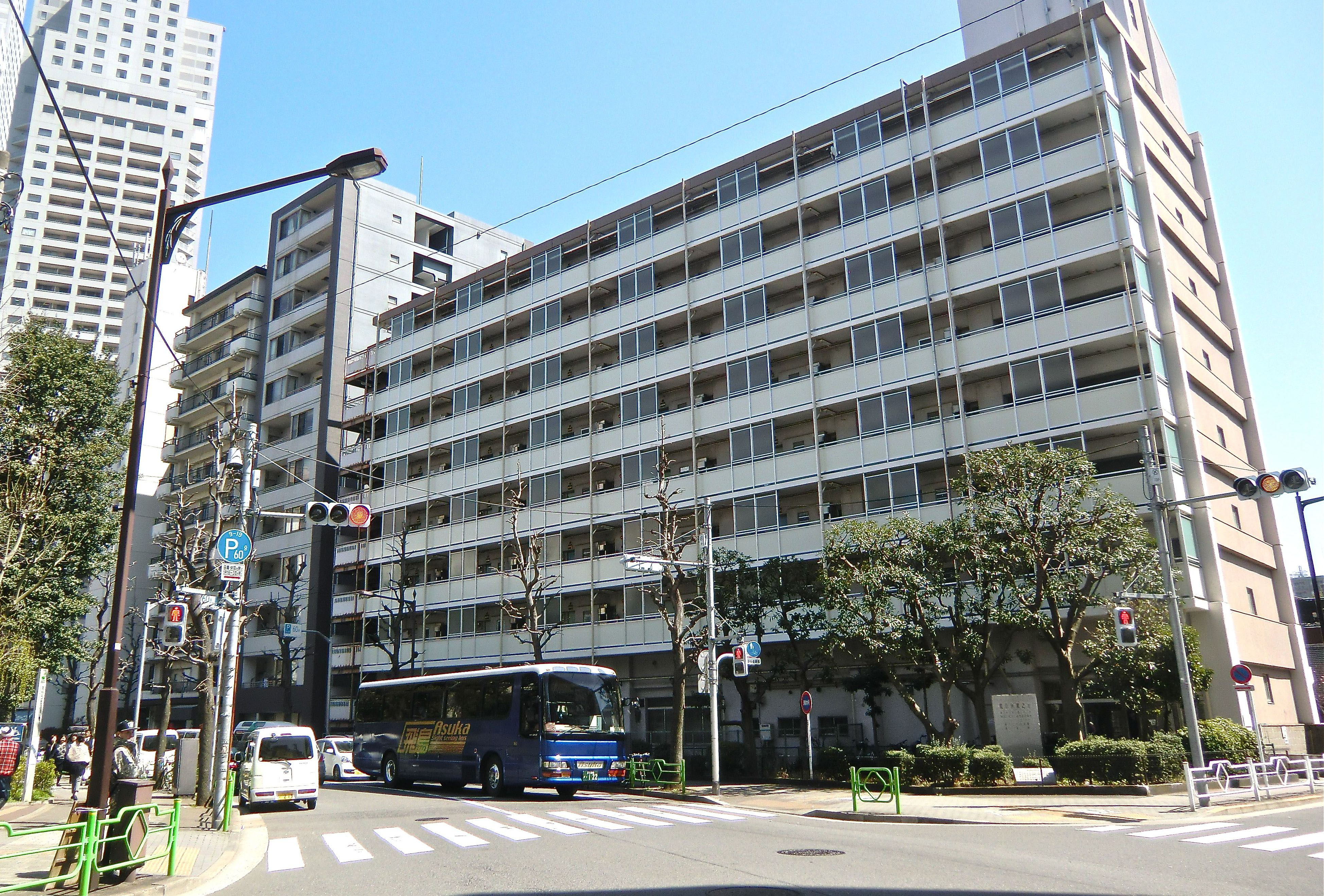On the waterfront: The Awaji-cho No. 2 Apartments building, near Tsukiji, provides low-income families with public housing run by Tokyo Prefecture. | PHILIP BRASOR