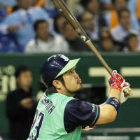 Decisive blast: The Swallows' Kazuhiro Hatakeyama bashes a game-winning home run in the 11th inning against the Giants on Friday at Tokyo Dome. Tokyo Yakult topped Yomiuri 3-2 in the series opener. | KYODO