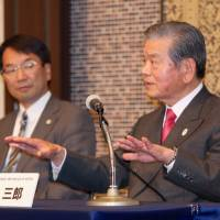 Making progress: Japan 2024 Task Force co-chair Saburo Kawabuchi (right) and lawyer and task force member Masaki Sakaeda, seen at a news conference in April, are working to finalize the hierarchical structure of the new men's pro basketball league for the 2016-17 season. | KAZ NAGATSUKA