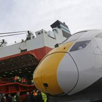 A Class 800 Intercity Express train produced by Hitachi Ltd. stands on the dockside after being unloaded at the Port of Southampton, U.K., on March 12.   BLOOMBERG