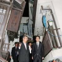 Abe vows more tax-free shops, speedy customs for tourists; visits Kobe to view quake reconstruction