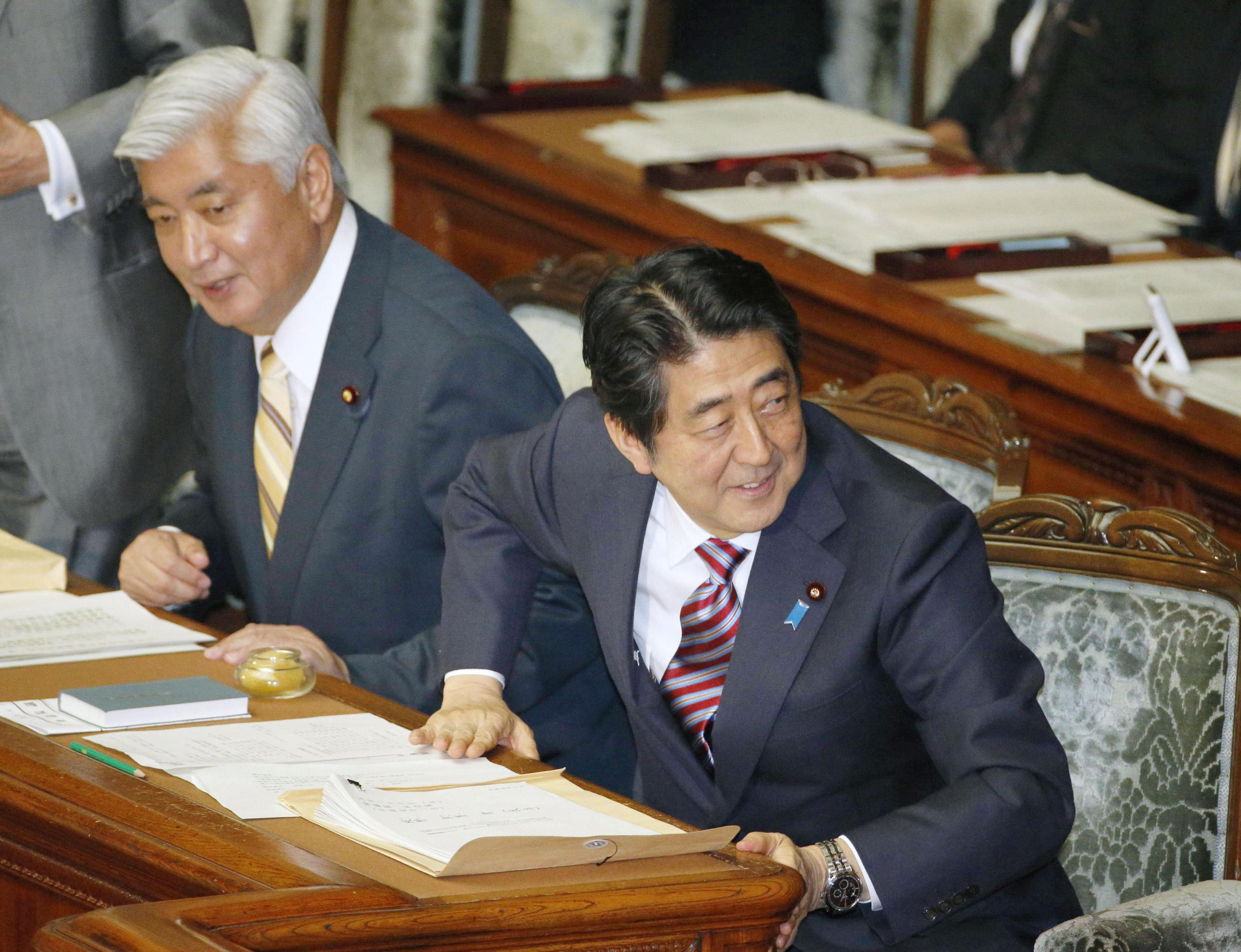 Prime Minister Shinzo Abe and Defense Minister Gen Nakatani attend a Lower House plenary session Tuesday. | KYODO