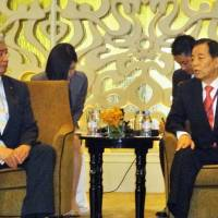 Defense Minister Gen Nakatani (left) meets with South Korean Defense Minister Han Min-koo in Singapore on Saturday. The defense chiefs of Japan and South Korea had not met face-to-face since June 2011. | KYODO