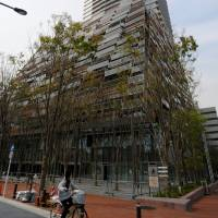 The new Toshima Ward Office in Tokyo is located in a 49-story skyscraper that also houses more than 400 apartment units. It's the first time in Japan that a municipal office and condos have shared the same building. | SATOKO KAWASAKI