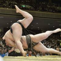 Hakuho, Kaisei lose, remain tied for lead