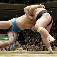 Hakuho gets breather due to foe's withdrawal