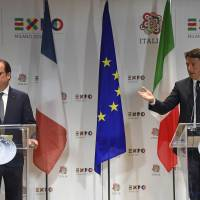 In show of unity, Renzi, Hollande dismiss claims of tensions over migrant crisis