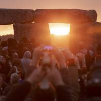 Thousands mark summer solstice at Britain's Stonehenge