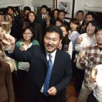 Congratulations: In October 2003, Hiroshi Mikitani celebrates the birthdays of all his employees born that month. The monthly birthday parties, designed to enhance employee motivation, are still a feature of life at Rakuten Inc. today.  | KYODO