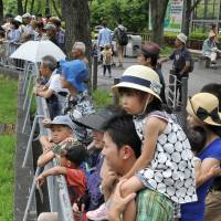 Visitors to Higashiyama Zoo and Botanical Gardens in Nagoya line up to see Shabani, a popular western lowland gorilla. | CHUNICHI SHIMBUN