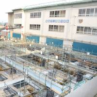 A new building is under construction at Shinryo Junior High School in the city of Fukushima to replace old structures that do not meet quake-resistance criteria. Fukushima is lagging other prefectures in reinforcing school buildings. | FUKUSHIMA MINPO