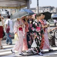 The government is considering establishing a 'kimono day' so people will have more chances to wear the traditional Japanese garment in their daily lives.   KYODO