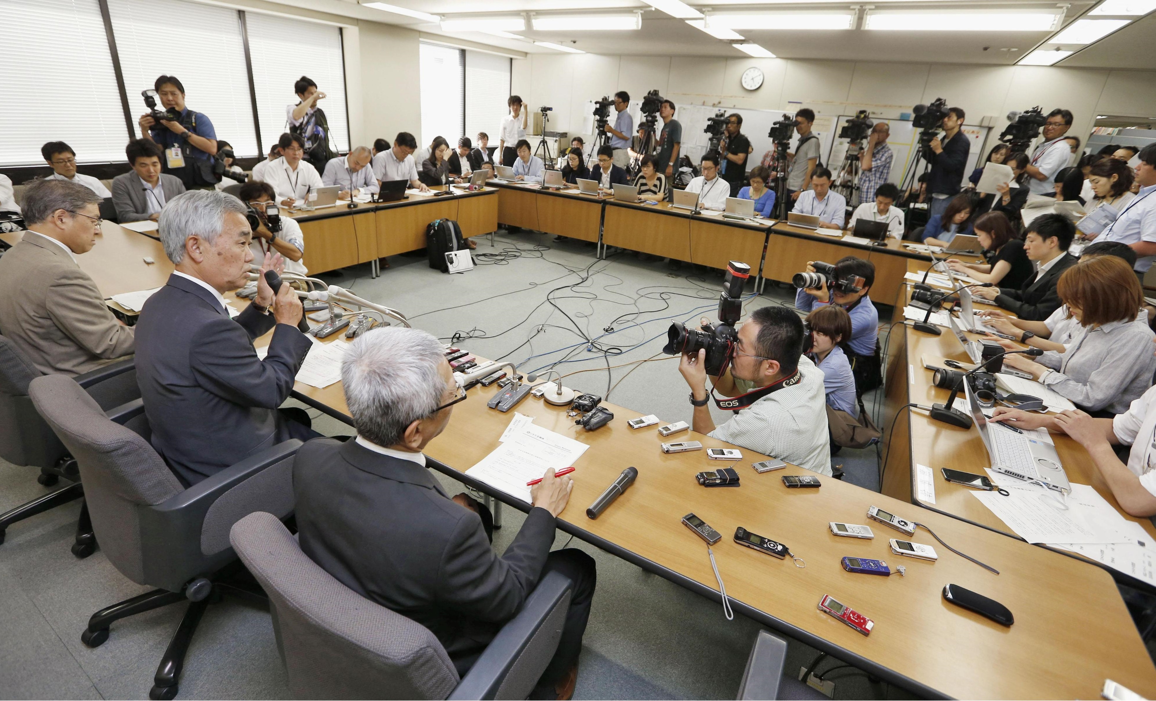 Japan Pension Service President Toichiro Mizushima (center) speaks during a news conference Monday at the health ministry. | KYODO