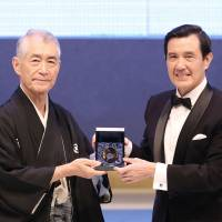 Tasuku Honjo, a professor of immunology and genomic medicine at Kyoto University, receives the first Tang Prize in Biopharmaceutical Science from Taiwan President Ma Ying-jeou at a ceremony last September in Taipei. | CENTRAL NEWS AGENCY / KYODO