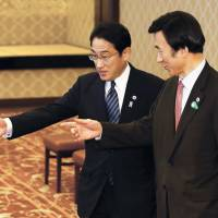 South Korean Foreign Minister Yun Byung-se (right) is escorted by Foreign Minister Fumio Kishida before their meeting at the Foreign Ministry's Iikura Guesthouse in Tokyo on Sunday. | REUTERS