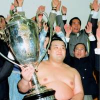 Takanonami, seen after winning the New Year Grand Sumo Tournament in January 1996, died on Saturday. He was 43. | KYODO