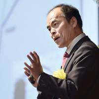 Shuji Nakamura, a professor with the College of Engineering at the University of California, Santa Barbara, delivers a lecture in March in Hiratsuka, Kanagawa Prefecture. | KYODO