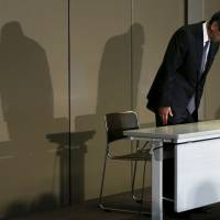 Toshiba Corp. President and Chief Executive Officer Hisao Tanaka bows at the start of a May news conference in Tokyo. | REUTERS