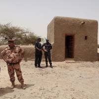 Malian masons rebuild Timbuktu tombs destroyed by Islamist occupiers