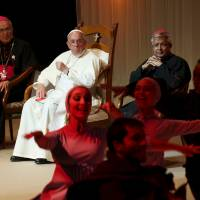 Pope wraps up South America tour with visit to slum