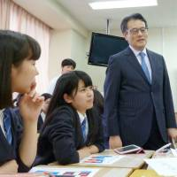 Democratic Party of Japan leader Katsuya Okada speaks with high school students at Shinagawa Joshi Gakuin in Tokyo on April 24. The former foreign minister was conducting a special class as an outside lecturer. | KYODO