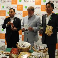 Encouraging sign: C.W. Nicol attends a May 26 news conference in Nagano City with Nagano Gov. Shuichi Abe (right) and Aeon Co. General Manager Haruyoshi Tsuji to launch the sale of venison in the prefecture's Aeon supermarkets. | KENTARO FUKUCHI