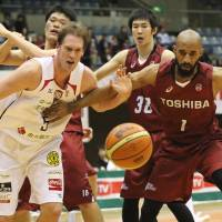 The Chiba Jets (in white) and Toshiba Brave Thunders (in red) will play in the first division of the new JPBL when it tips off next year. | KAZ NAGATSUKA