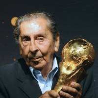 Uruguayan soccer legend Ghiggia dies at 88