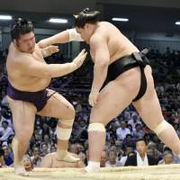 Terunofuji pulls out fifth victory to remain with lead pack