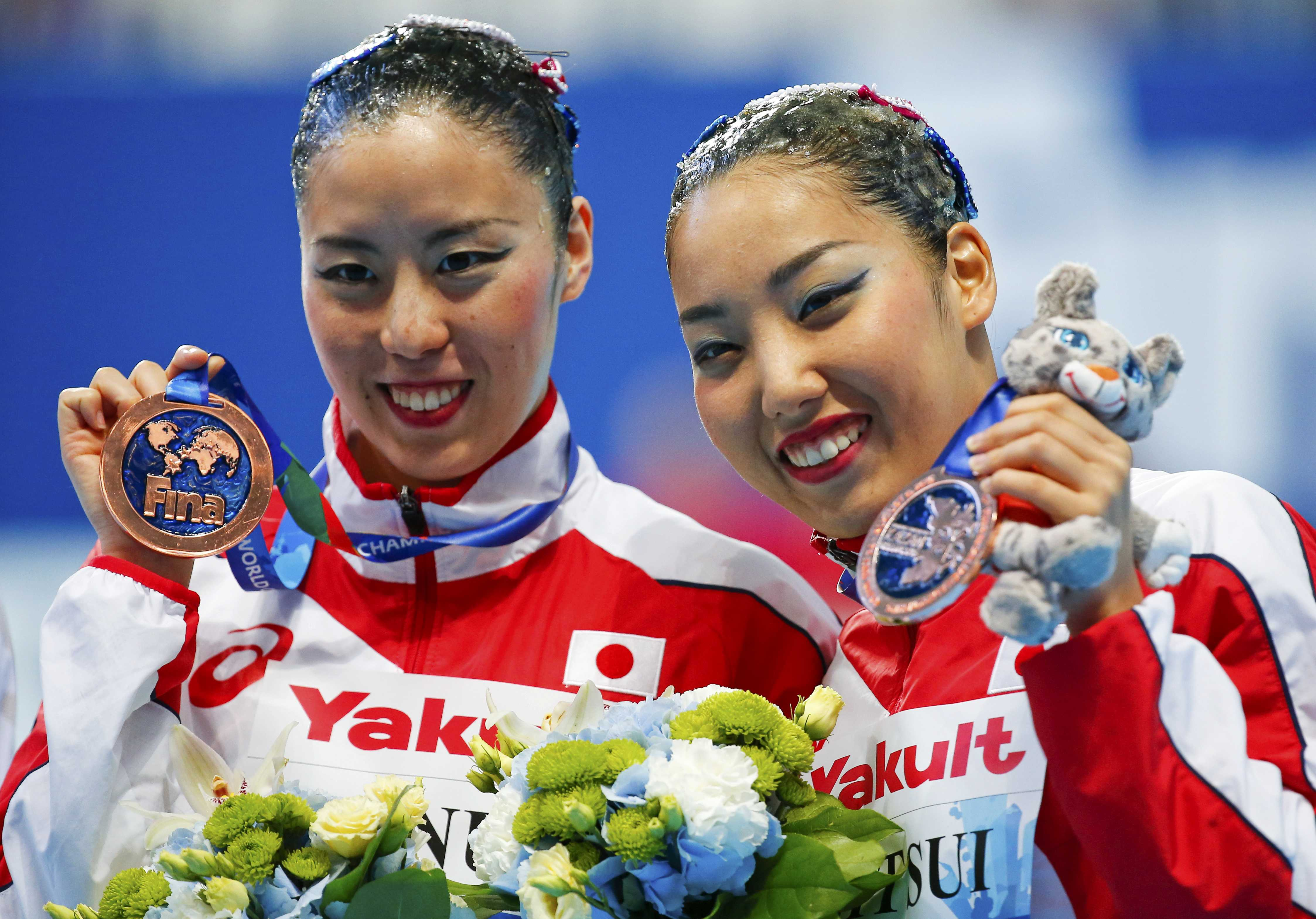 Yukiko Inui (left) and Risako Mitsui display their bronze medals from the synchronized swimming duet technical final at the FINA World Aquatics  Championships on Sunday in Kazan, Russia. | REUTERS