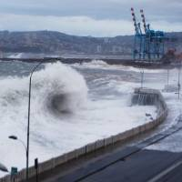 Towering waves pound against the seaall of Valparaiso, Chile, where one person drowned Saturday. | JONATHAN MANCILLA / ARONCHILE / AFP-JIJI
